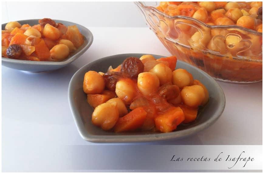 Garbanzos con pasas y salsa de pimiento rojo