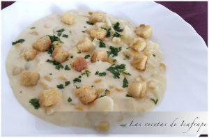 Sopa de patatas y queso con maíz