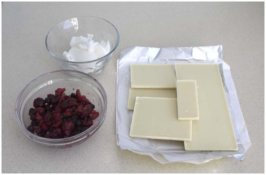 turron-chocolate-blanco-y-frutas-del-bosque-ingredientes-860-x-573