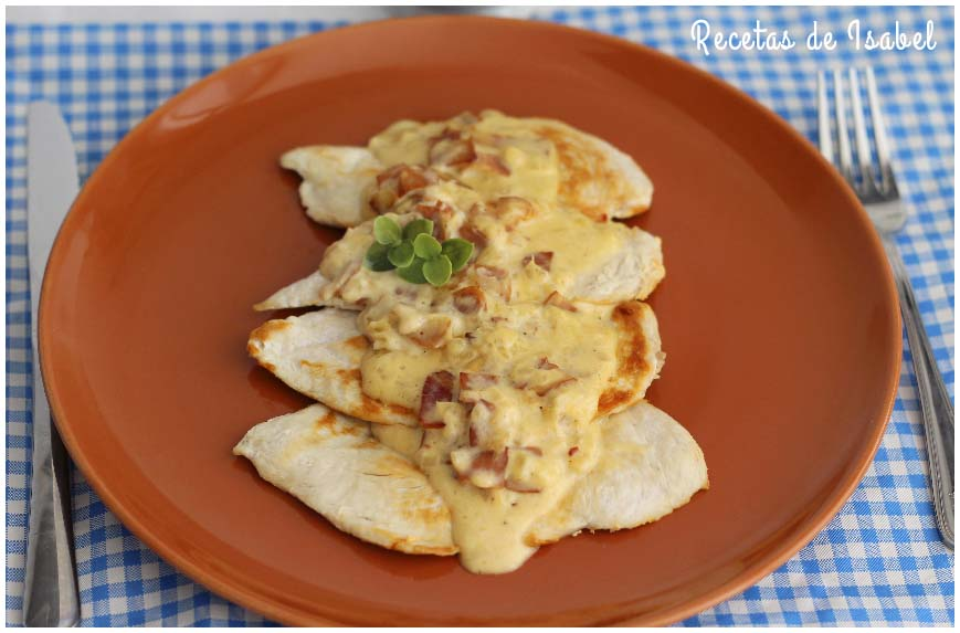 Filetes de pollo al curry con nata y bacon