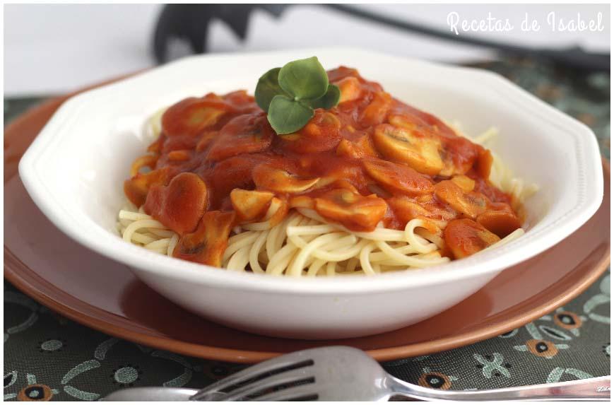 Espaguetis con champiñones al ajillo y tomate