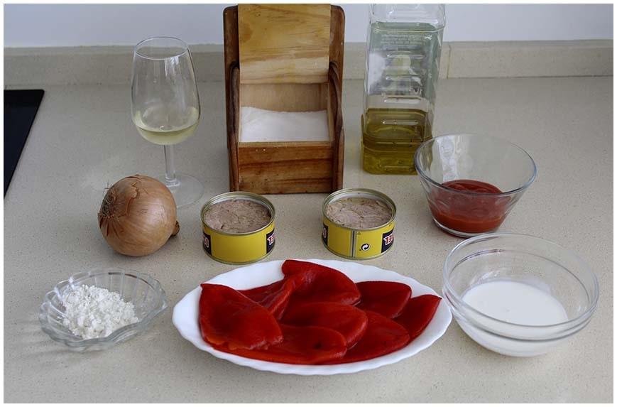 Pimientos del piquillo rellenos de atún con salsa
