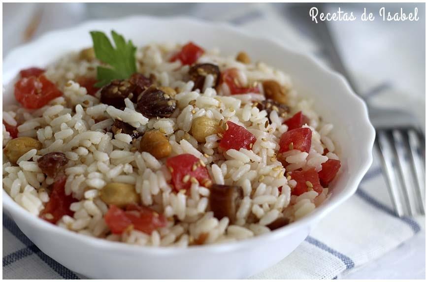 Ensalada de arroz con dátiles y cacahuetes