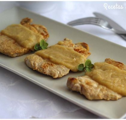Filetes de lomo con salsa de cebolla y vino blanco