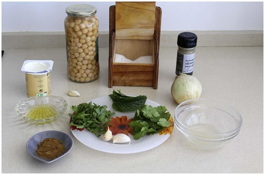 Falafel, albóndigas de garbanzos con salsa de yogur