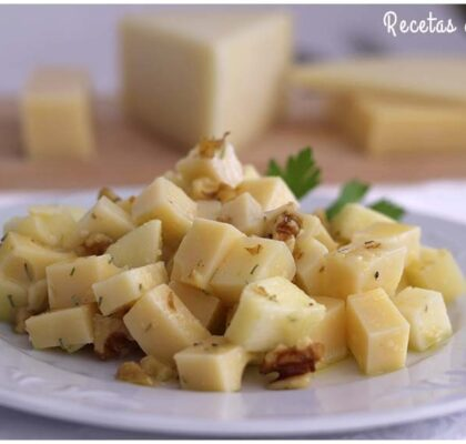 Ensalada de tres quesos, manzana y nueces