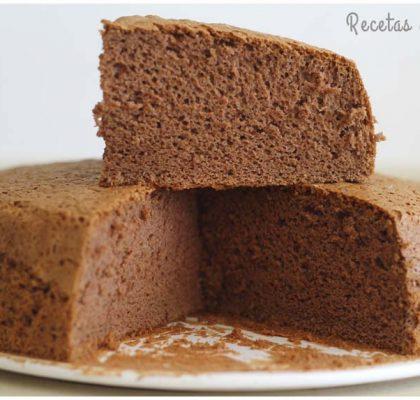 Bizcocho de chocolate esponjoso y alto