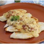 Filetes de pollo al curry con nata y bacon
