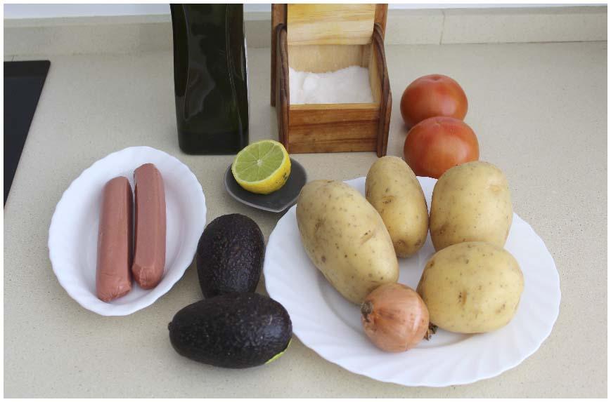 Ensalada de patatas y salchichas con aguacate