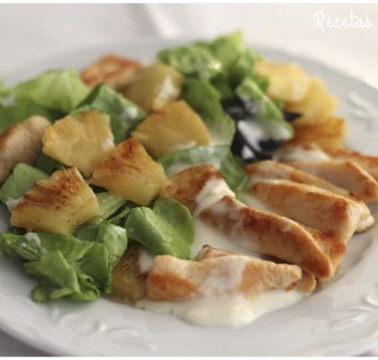 Ensalada de pollo y piña con salsa de yogur