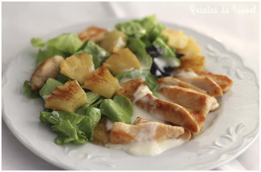 Ensalada de pollo y piña con salsa de yogur